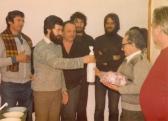 RADOMÍR Mihály búcsúztatója (az üveget ZÁDOR Péter adja át; hátul: KALÓ Bandi, AKNAY János), Vízmű, Szennyvíztelep, Szentendre, 1982,